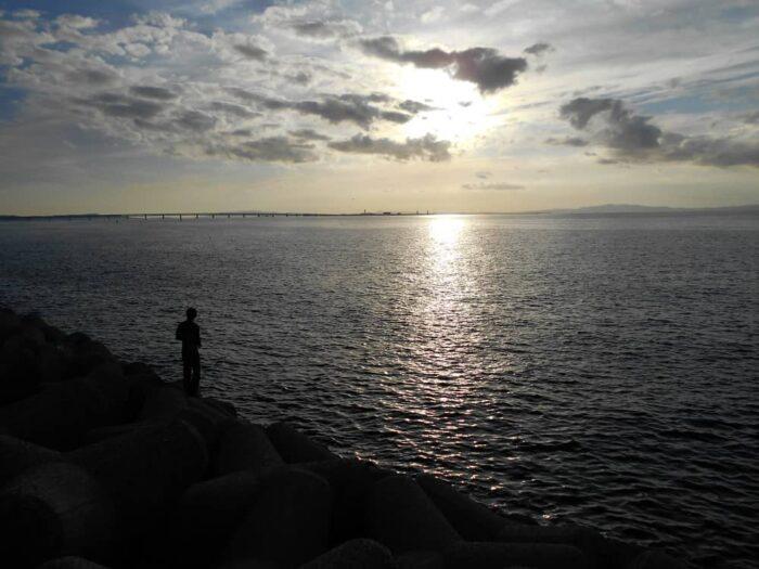 シーズン序盤は沖向きの釣り場に接岸するタチウオ