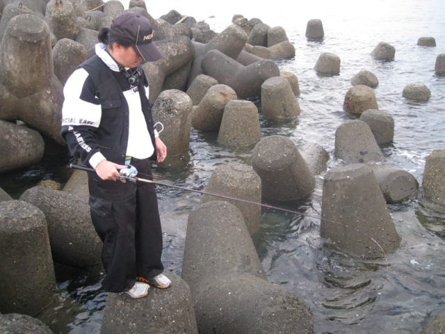 手軽に釣果が得やすい探り釣りの一種【穴釣り】