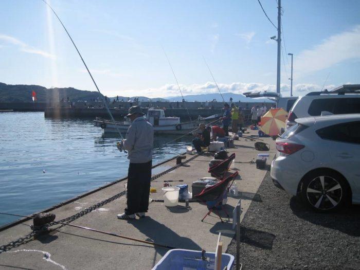 サビキ釣りで賑わう防波堤