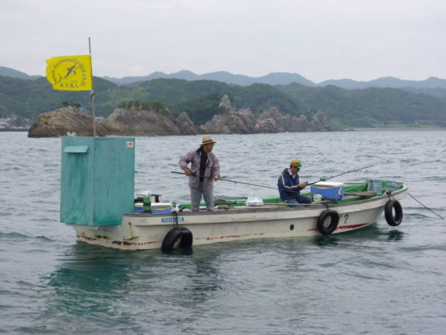 沖でアンカーを下ろす『カセ』