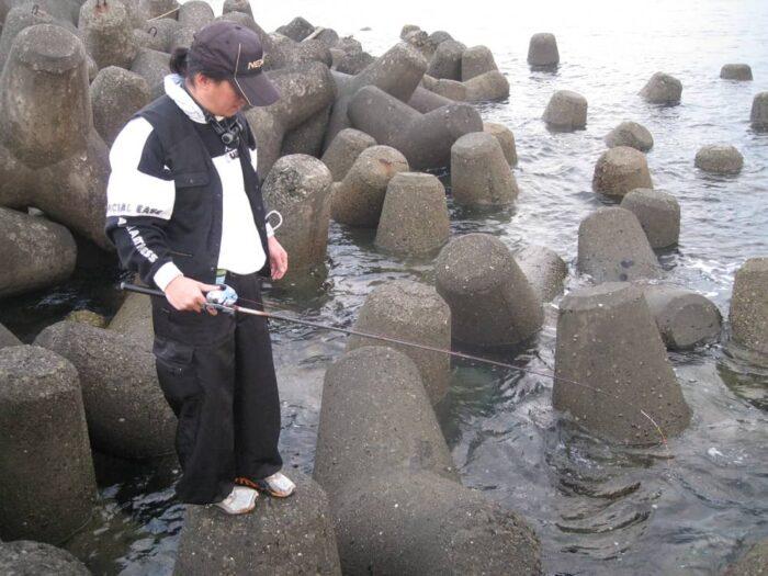 沖目の穴やより広範の穴を探るなら万能竿がおすすめ