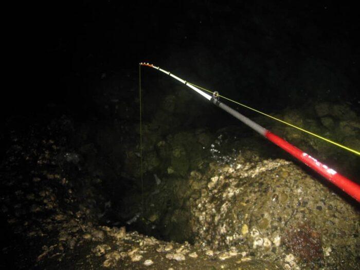 夜釣りの穴釣りは大物も期待できる